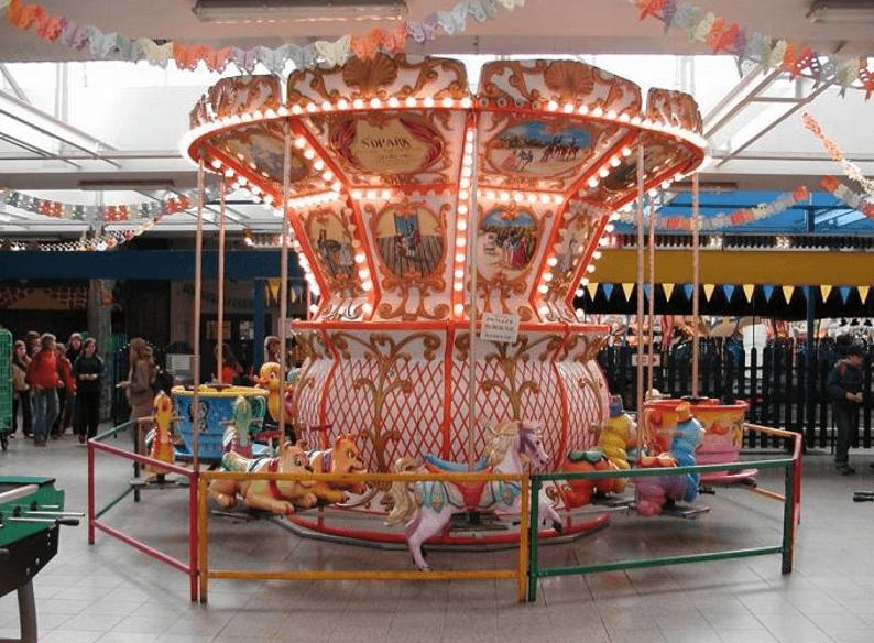 Mała karuzelka łańcuszkowa w Lunaparku Libereckim