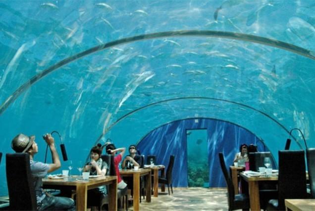 Tematyczna restauracja w akwarium w Azji