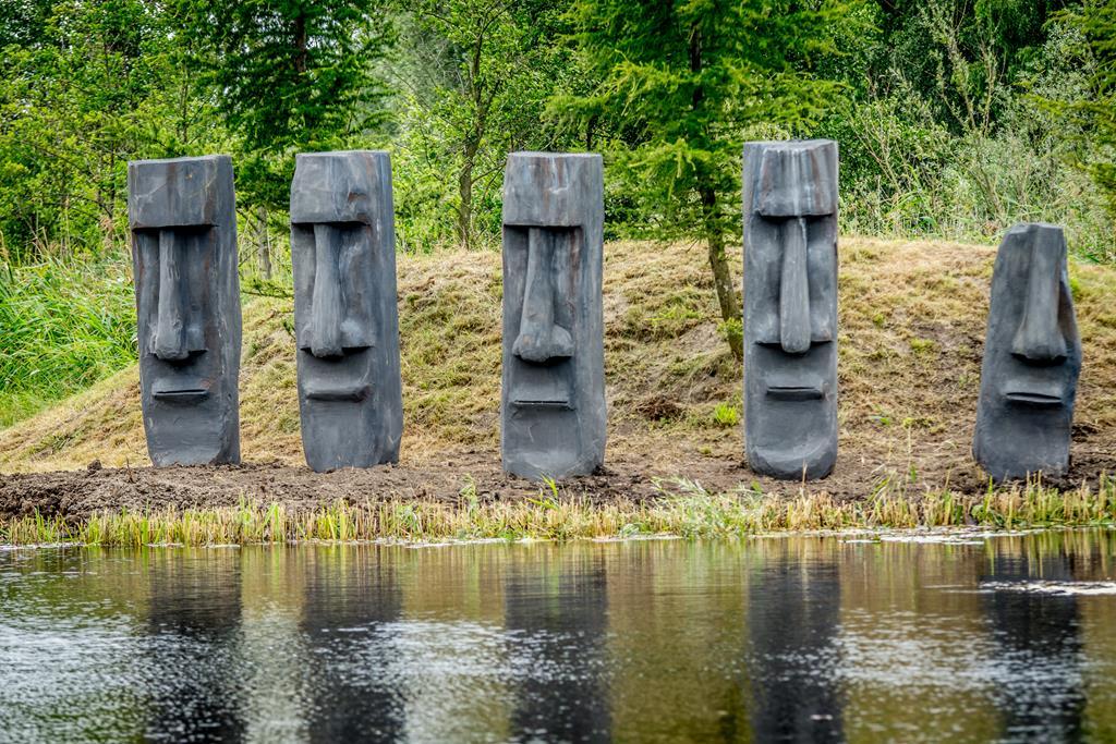 Nowa Holandia, rzeźby z wysp wielkanocnych