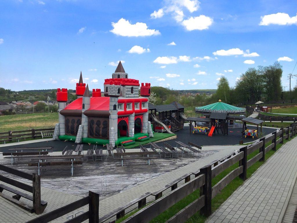 Dmuchany zamek ładnie wkomponował się w otoczenie ruin prawdziwego zamku