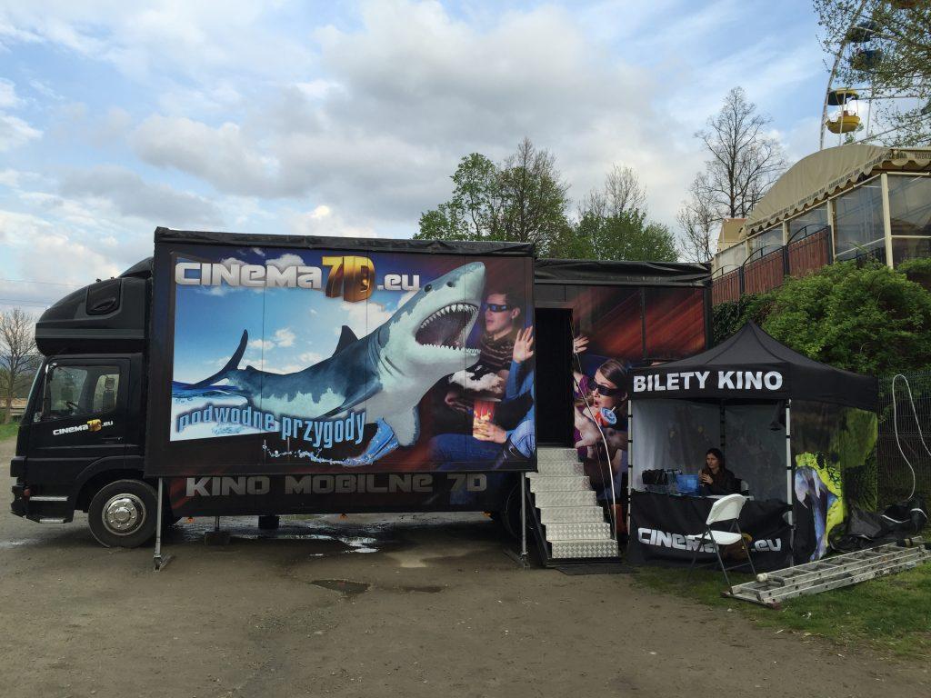 Mobilne kino czeka na pierwszych klientów w deszczowy dzień