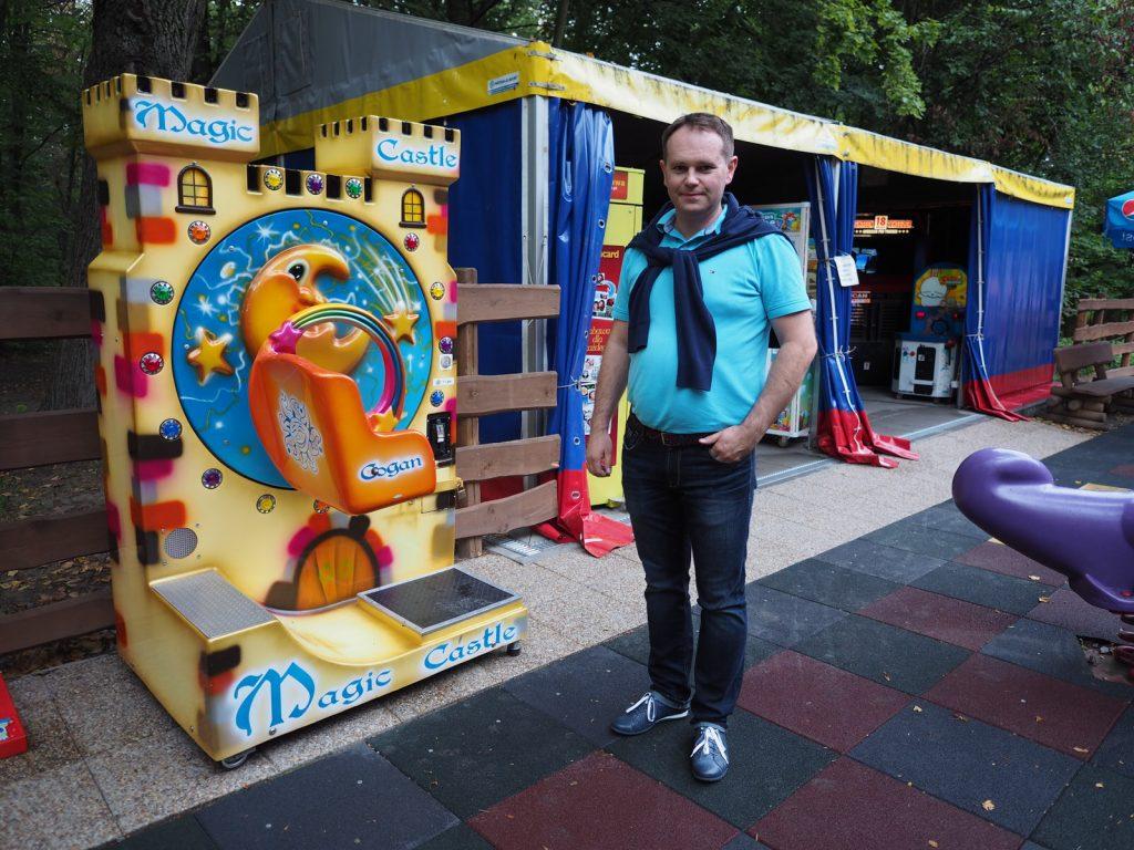 Andrzej Krawczyński przy swoim salonie w Dinoparku