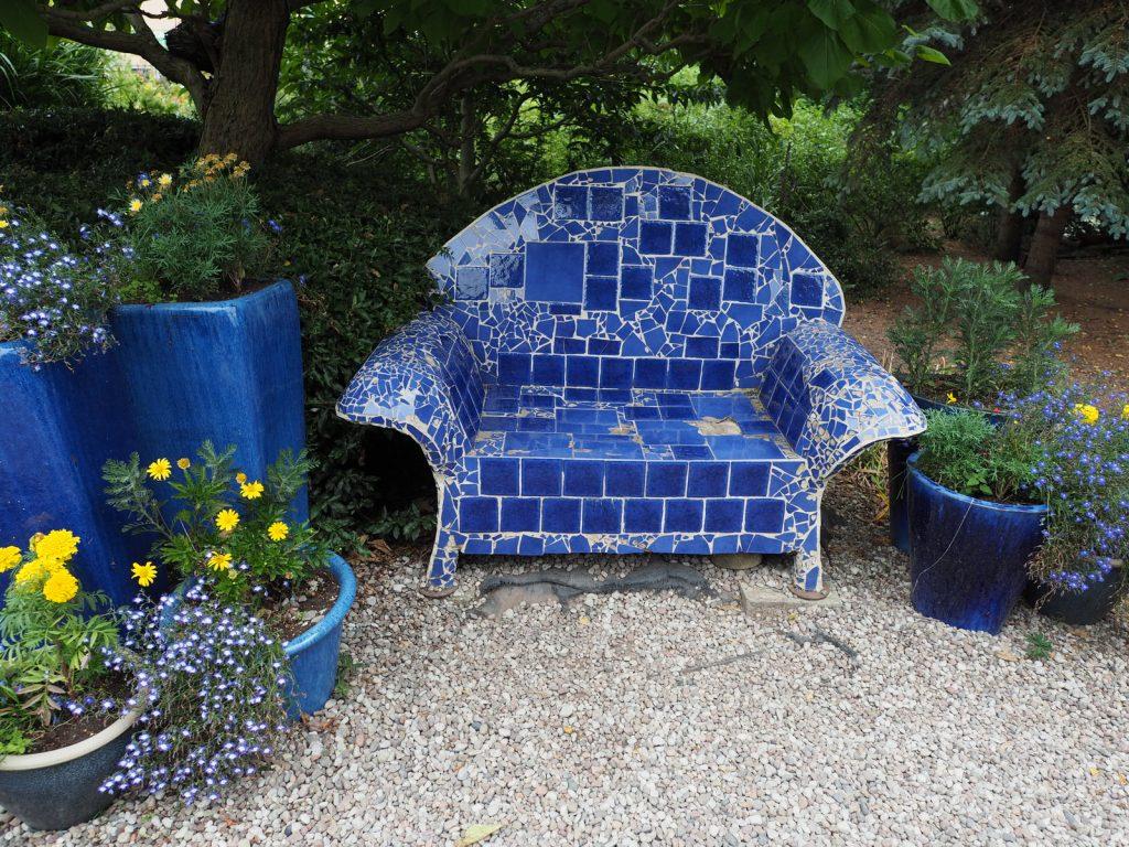 Mozaikowy fotel w Dobrzycy