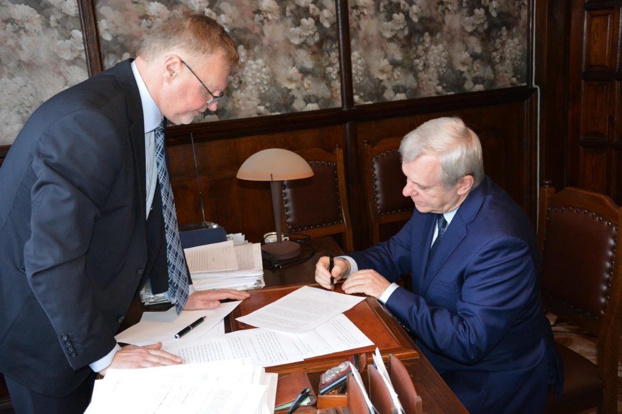 Moment podpisywania aktu notarialnego przez Piotra Mazur (fot. Gmina Debica)