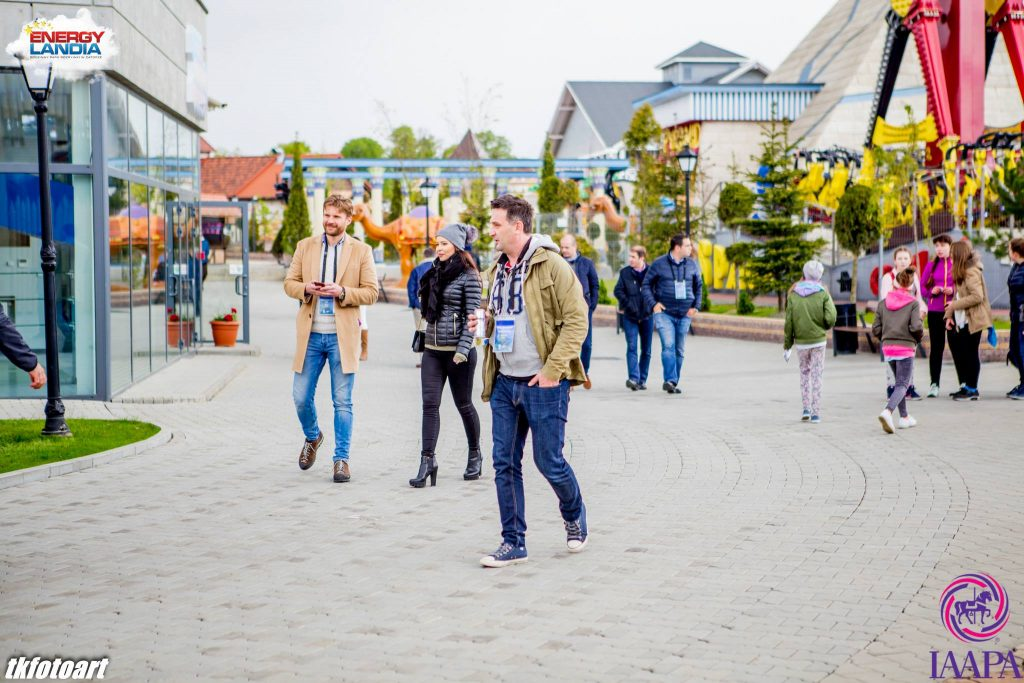 Anna Nowak, Sebastian Barbasiewicz i Mikołaj Jędrzejkowski na spacerze w Energylandii