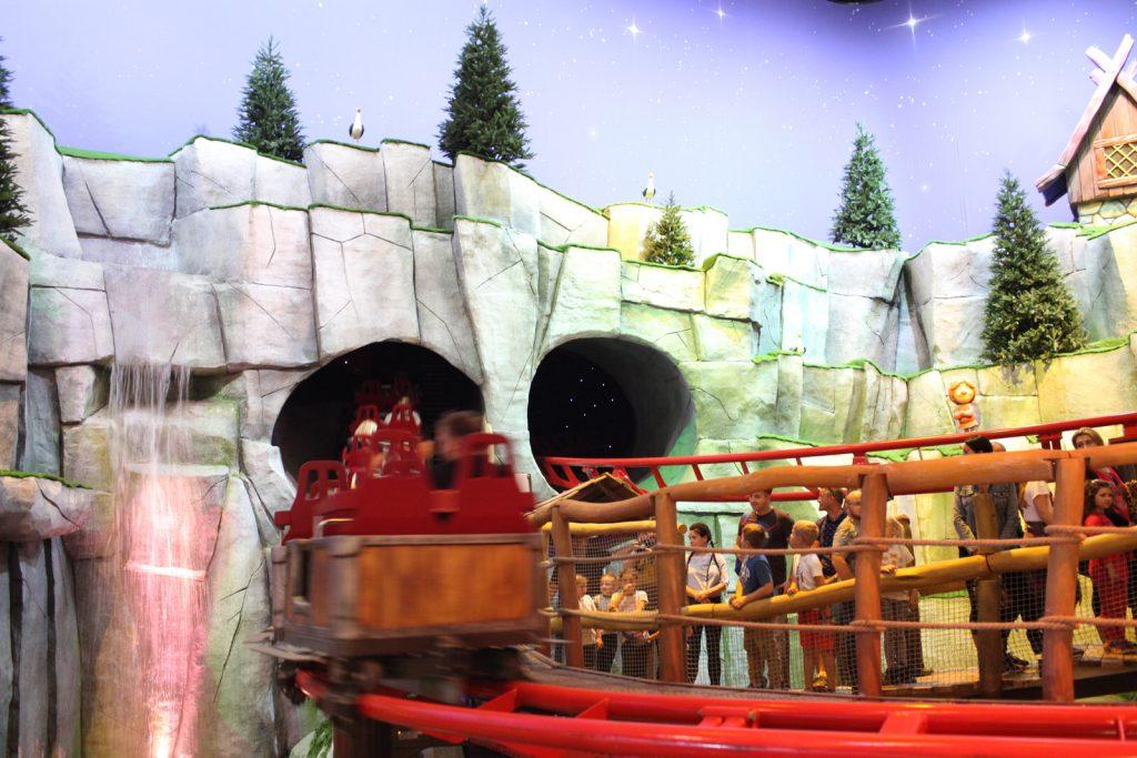 Rollercoaster Zierera chowa się w skałach i robi dwa lub trzy kółka wewnątrz jamy?