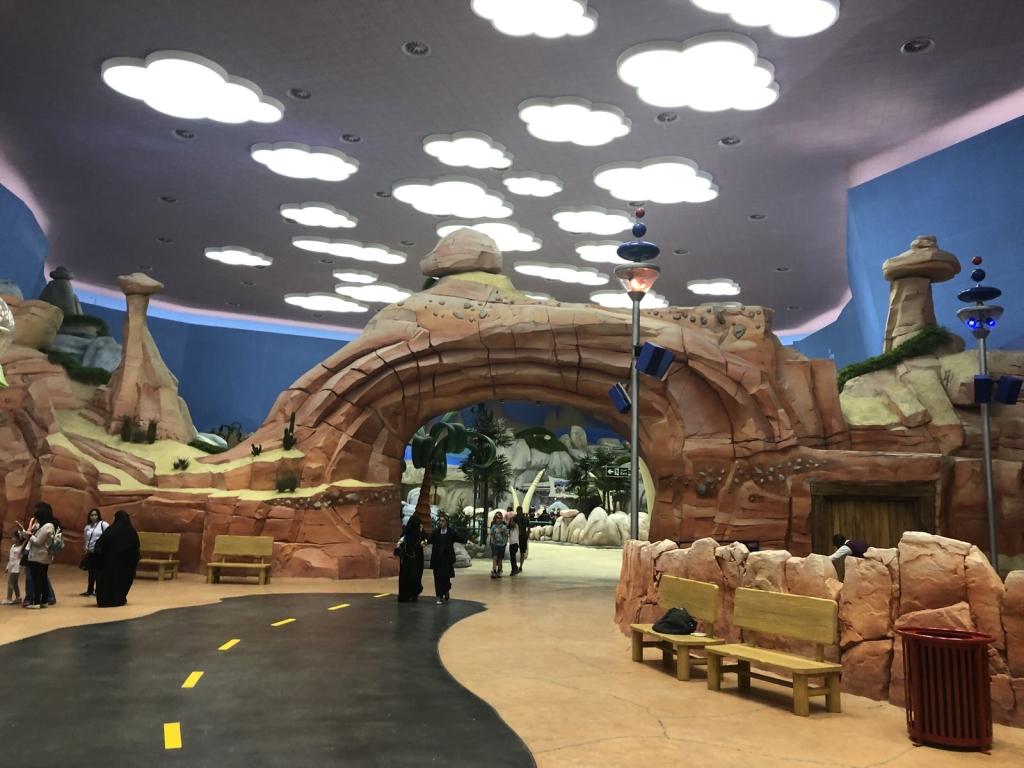 Czy to jeszcze Bedrock czy już Jetsonowie. Warner Bros Abu Dhabi